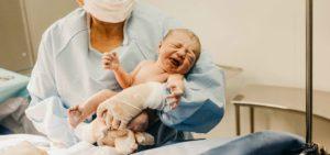 parteira com recé,-nascido na sala de parto