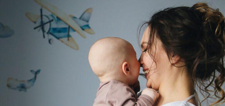 Mãe com bebé ao colo