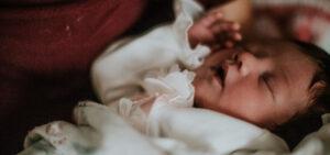 Em que posição deve o bebé dormir